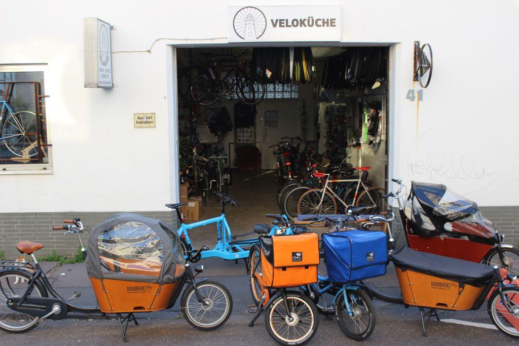 Sortiment an E-Bike Lastenfahrrädern vor der Veloküche in Köln (c) Eduard Maier