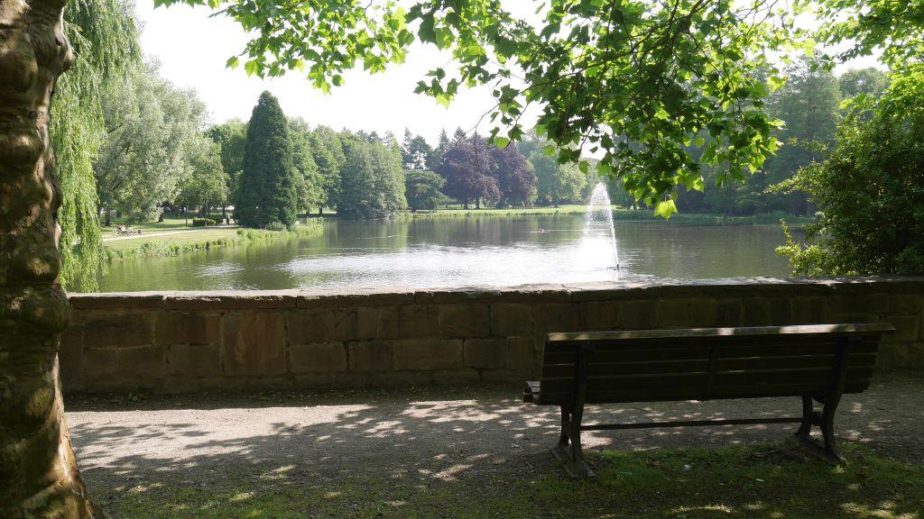 Parkbank in Krefeld Botanischer Garten (c) resorti.de