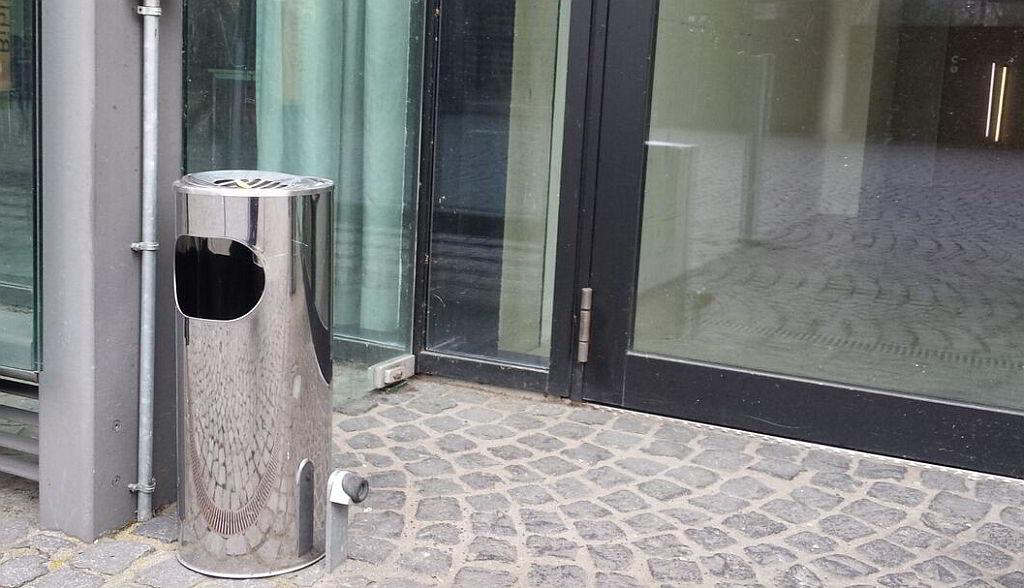 Sauberer Standascher aus Metall für den Außenbereich - 10 Tipps für die richtige Reinigung eines Aschenbechers - Blog von RESORTI - 3