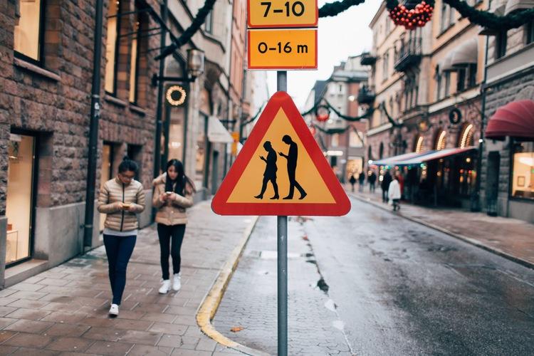 Warnschild vor Smartphonenutzern in Schweden. Copyright: Jacob Sempler