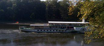 Dampfschiff bei Pillnitz