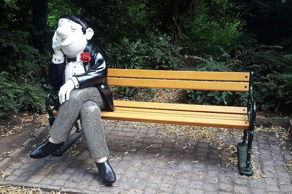 Bild Mann auf Bank. Die Mitfahrerbank – Ein alternatives Mobilitätskonzept - Resorti-Blog