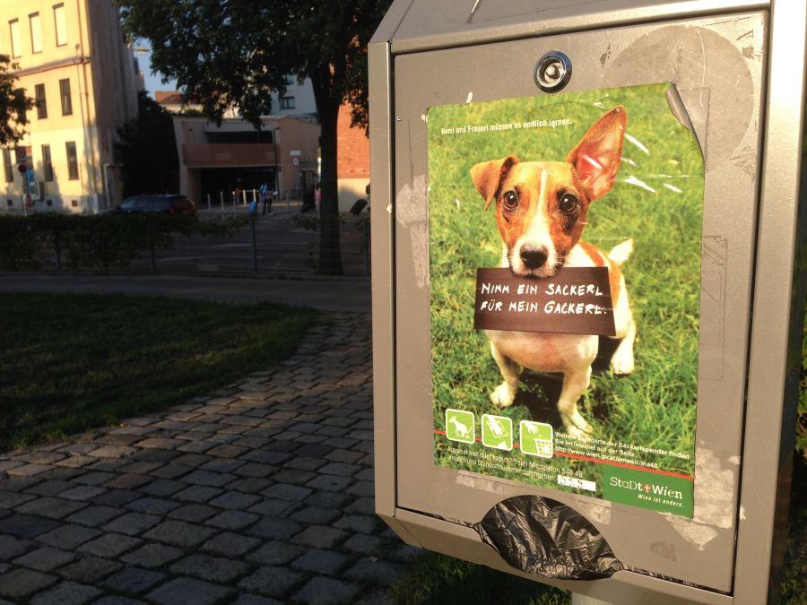 """bild von Hundekotbeutelspendern in Wien - Kampagne """"Nimm ein Sackerl für mein Gackerl"""" - RESORTI Blog"""