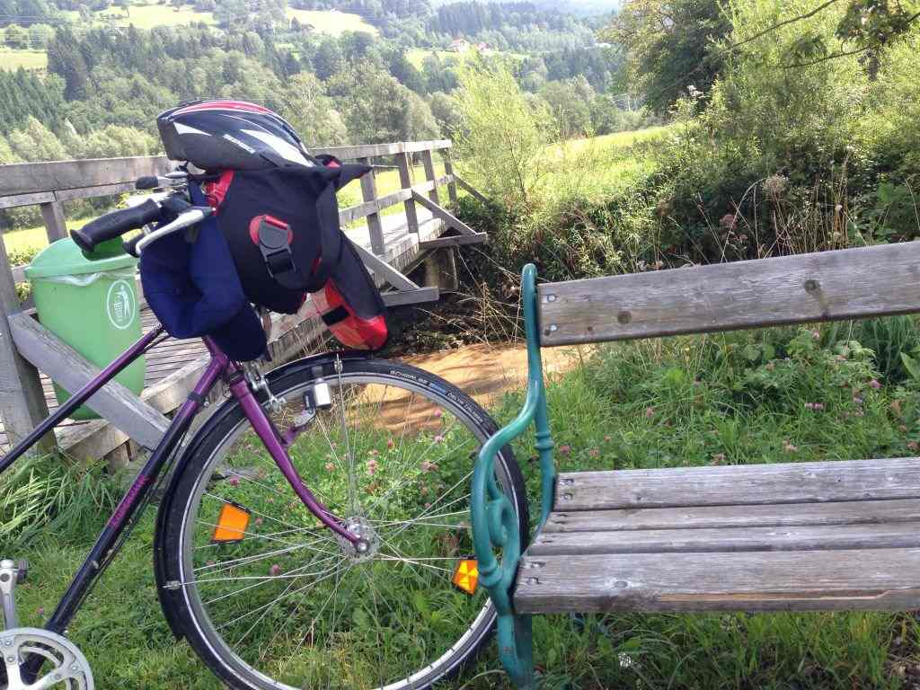 Bild von Fahrrad an Bank in der Steiermark - RESORTI Blog