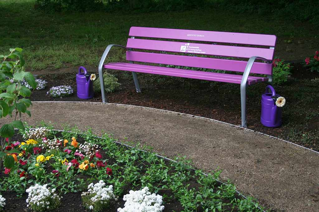 Lila Bank auf dem Friedhof Flörsheim - RESORTI Blog