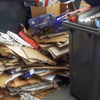 Altpapier und Kartons auf Straße - Altpapier entsorgen - RESORTI Blog