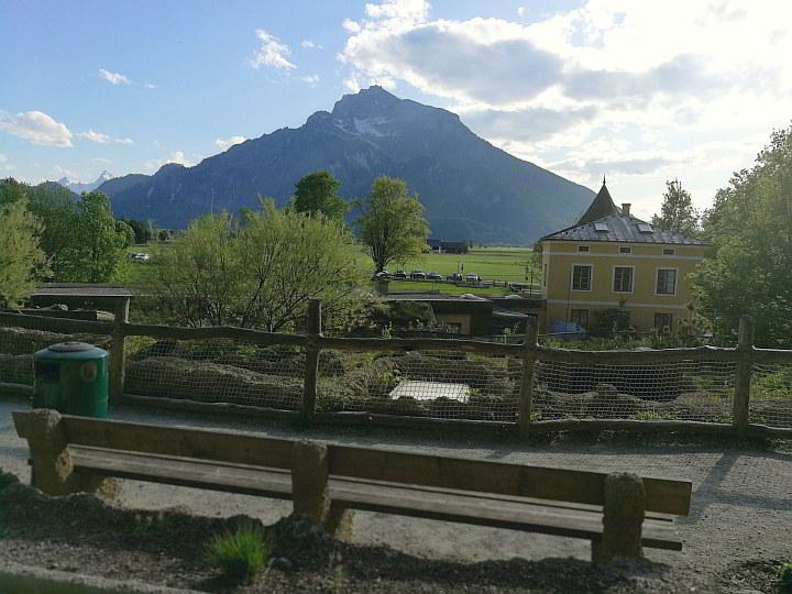 Parkbank im Zoo Salzburg mit Blick auf den Untersberg