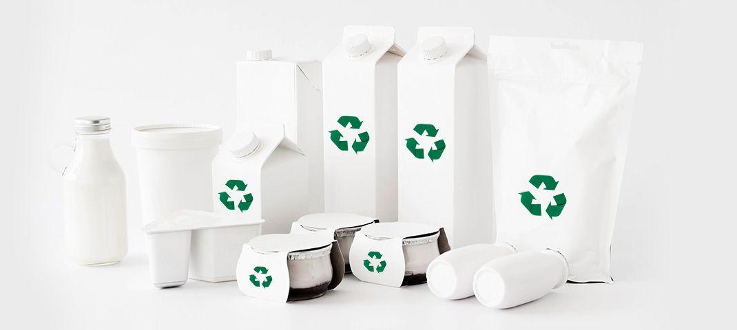 Weiße Verpackungen mit Recycling-Symbol - RESORTI-Blog