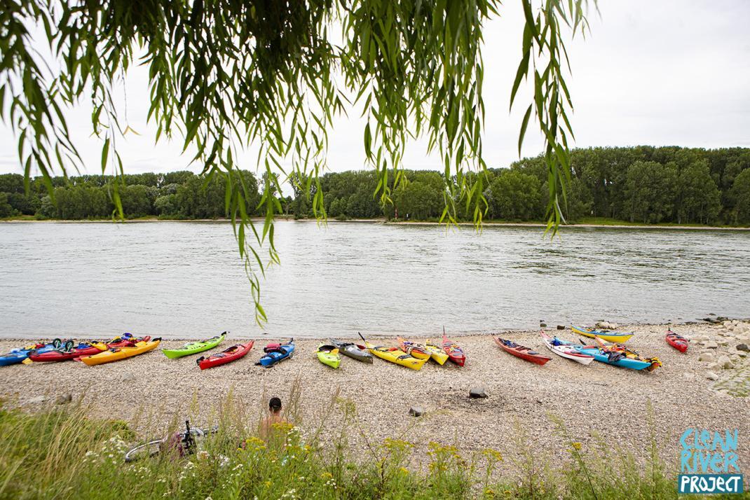 Kajaks am Flussufer - RESORTI-Blog