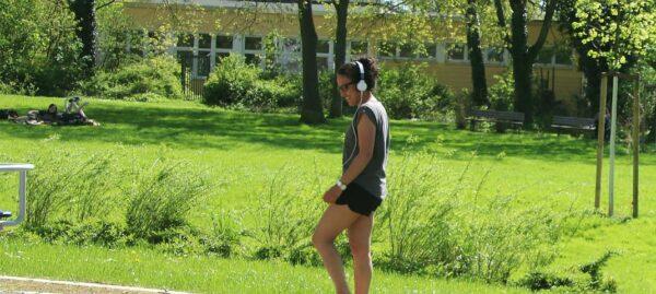 Sportlerin auf Grünfläche - RESORTI-Blog