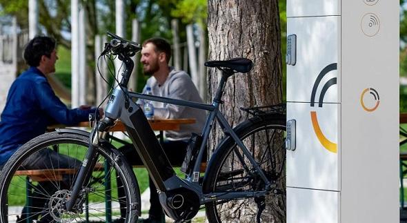 E-Bike-Ladestation-3-Schliessfaechern-Aussenladung-P