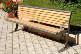 Sitzbank aus Holz mit geschwungenen Seitenteilen